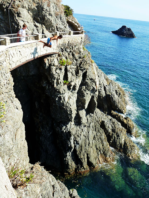 cliff diving Monterosso